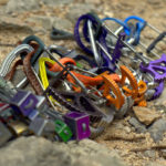 A nyári magashegyi tanfolyam eszközei a trad sziklamászás kelléktára