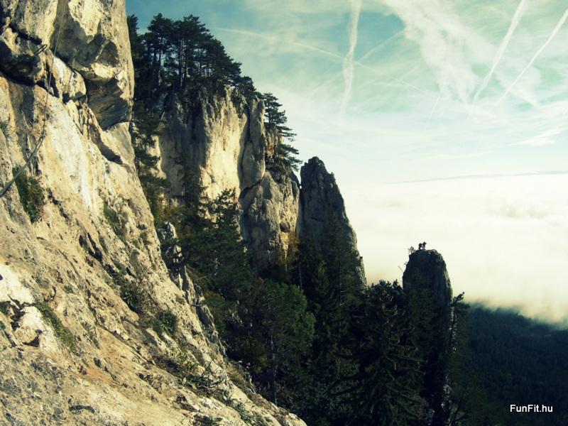 Kilátás a Gebirgsverein Klettersteig-ről. A Baumgartnerturm tetején éppen két sziklamászó áll