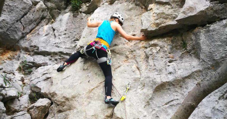 Sziklamászó tanfolyam a kezdő szinttől, a több kötélhosszon át a trad mászásig